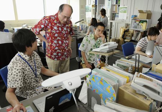 Dân công sở Nhật Bản rủ nhau ăn mặc mát mẻ đi làm, lý do đằng sau khiến cả thế giới nể phục - Ảnh 2.