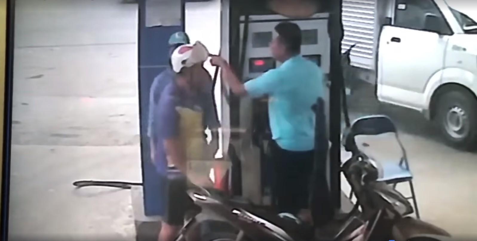 Clip gây bức xúc: Bị nhắc tự mở bình xăng, người đàn ông cầm chìa khóa đánh vào đầu nhân viên cây xăng trước mặt con gái - Ảnh 4.