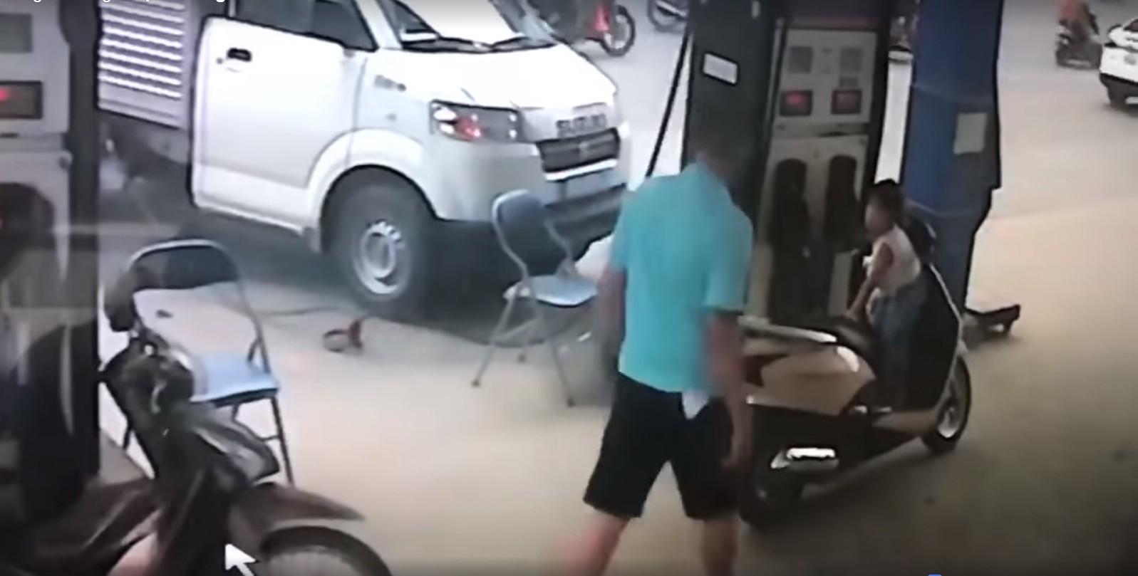 Clip gây bức xúc: Bị nhắc tự mở bình xăng, người đàn ông cầm chìa khóa đánh vào đầu nhân viên cây xăng trước mặt con gái - Ảnh 3.
