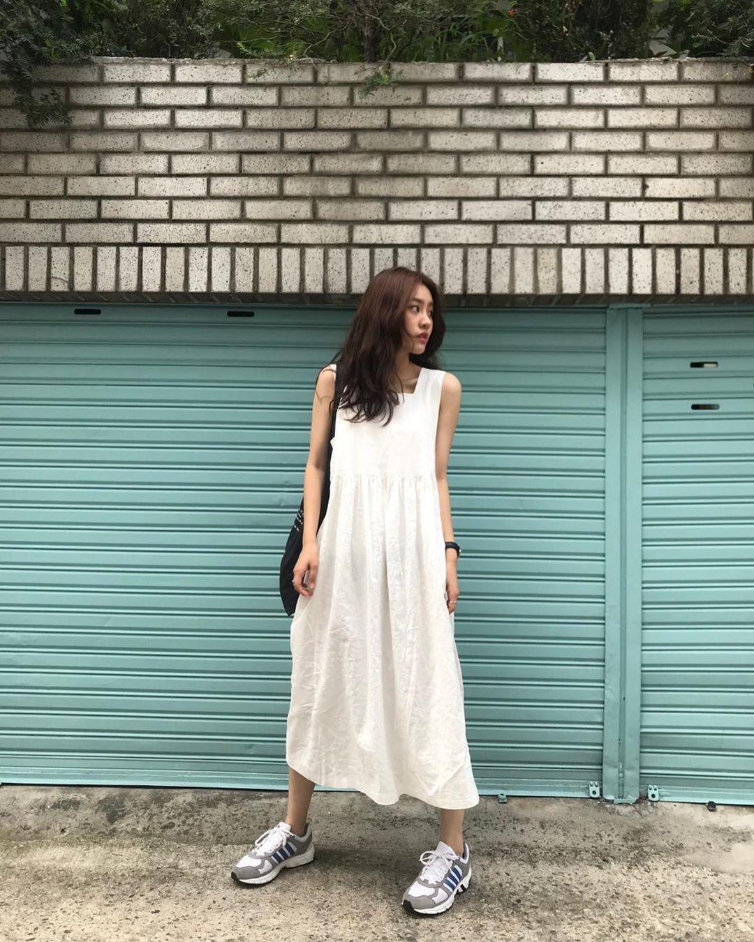 Muốn mặc đẹp hãy tham khảo 15 bộ đồ từ street style châu Á dưới đây, với rất nhiều gợi ý váy áo thô/đũi mát mẻ - Ảnh 1.