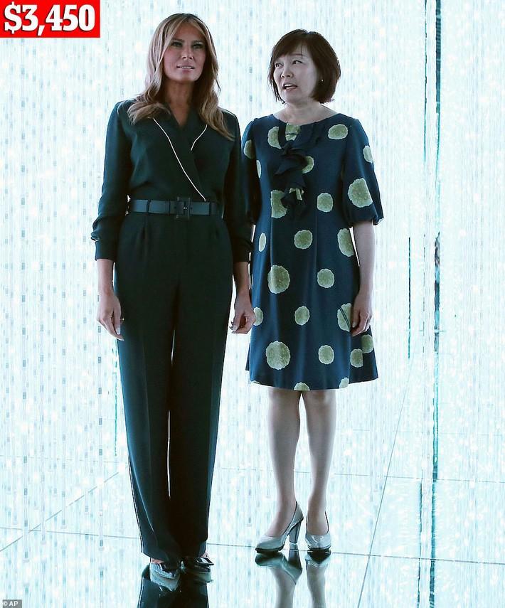 Bà Melania Trump chi gần nửa tỷ cho trang phục mặc trong chuyến thăm Nhật Bản 4 ngày, biến hóa từ sành điệu đến quý phái - Ảnh 3.