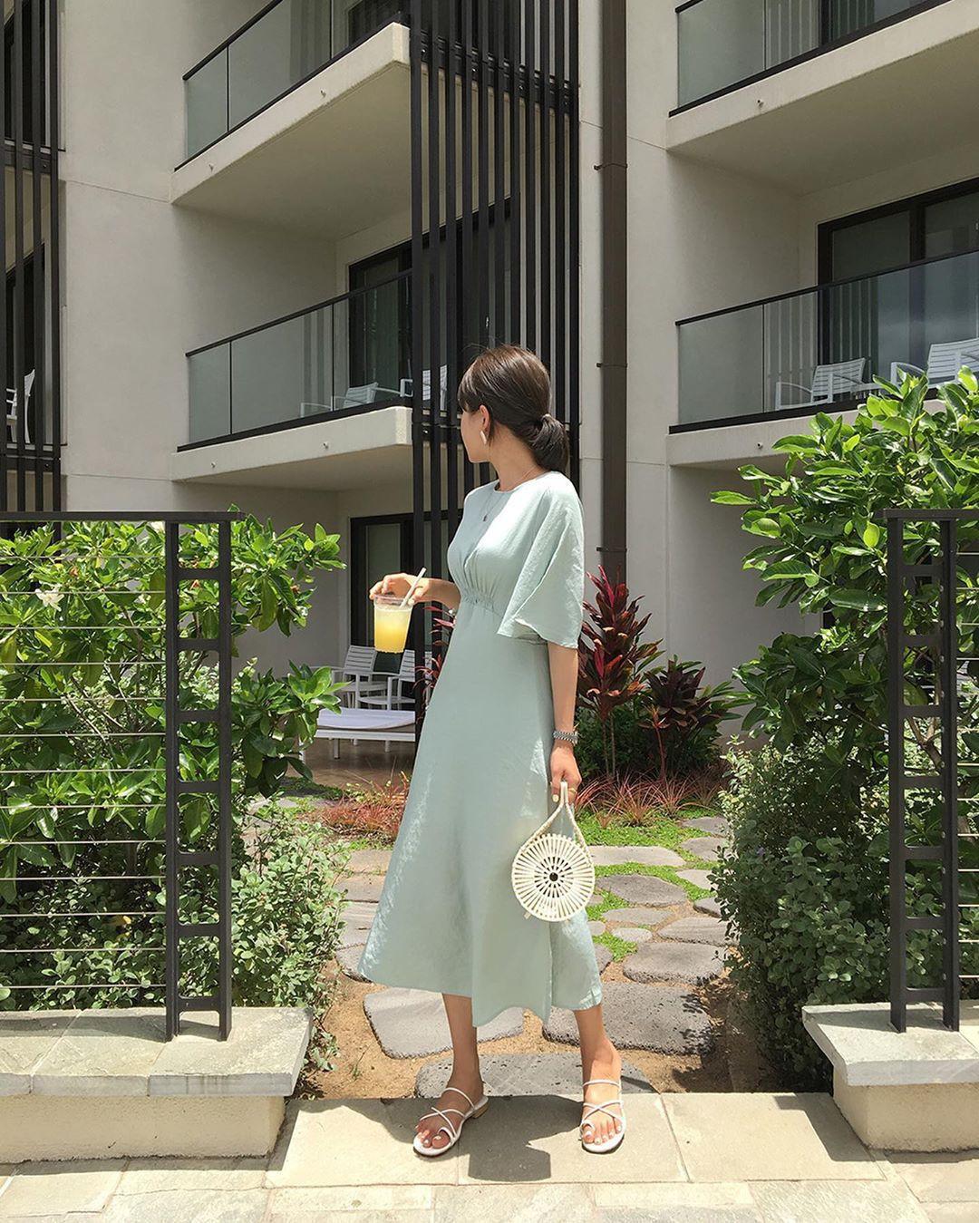 Muốn mặc đẹp hãy tham khảo 15 bộ đồ từ street style châu Á dưới đây, với rất nhiều gợi ý váy áo thô/đũi mát mẻ - Ảnh 3.
