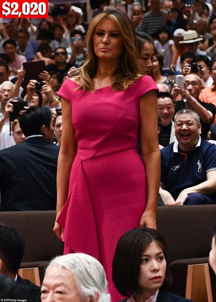 Bà Melania Trump chi gần nửa tỷ cho trang phục mặc trong chuyến thăm Nhật Bản 4 ngày, biến hóa từ sành điệu đến quý phái - Ảnh 4.