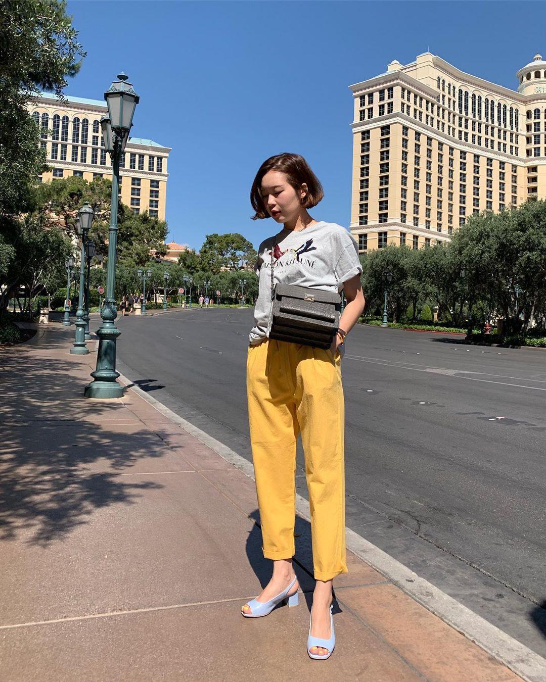 Muốn mặc đẹp hãy tham khảo 15 bộ đồ từ street style châu Á dưới đây, với rất nhiều gợi ý váy áo thô/đũi mát mẻ - Ảnh 6.