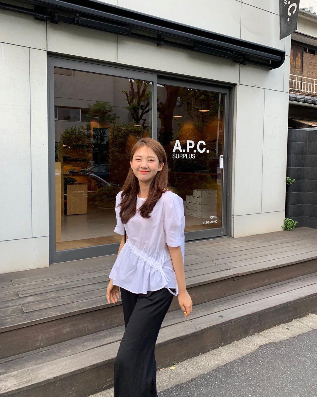 Muốn mặc đẹp hãy tham khảo 15 bộ đồ từ street style châu Á dưới đây, với rất nhiều gợi ý váy áo thô/đũi mát mẻ - Ảnh 10.