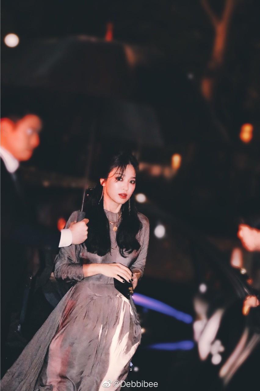 Ảnh chụp vội góc nghiêng của Song Hye Kyo tại New York: Quá xuất sắc, nhưng lại vênh với ảnh sự kiện? - Ảnh 1.