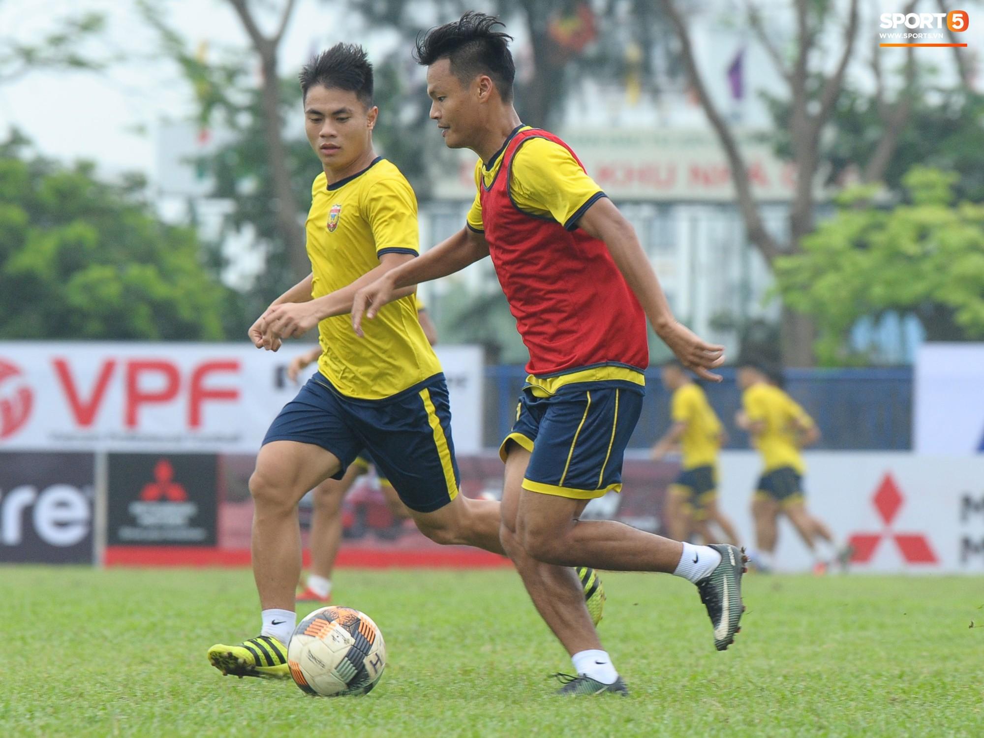 Dàn hot boy U22 Việt Nam khoác áo Hà Tĩnh FC đùa vui cực nhí nhảnh trước trận gặp Phù Đổng FC