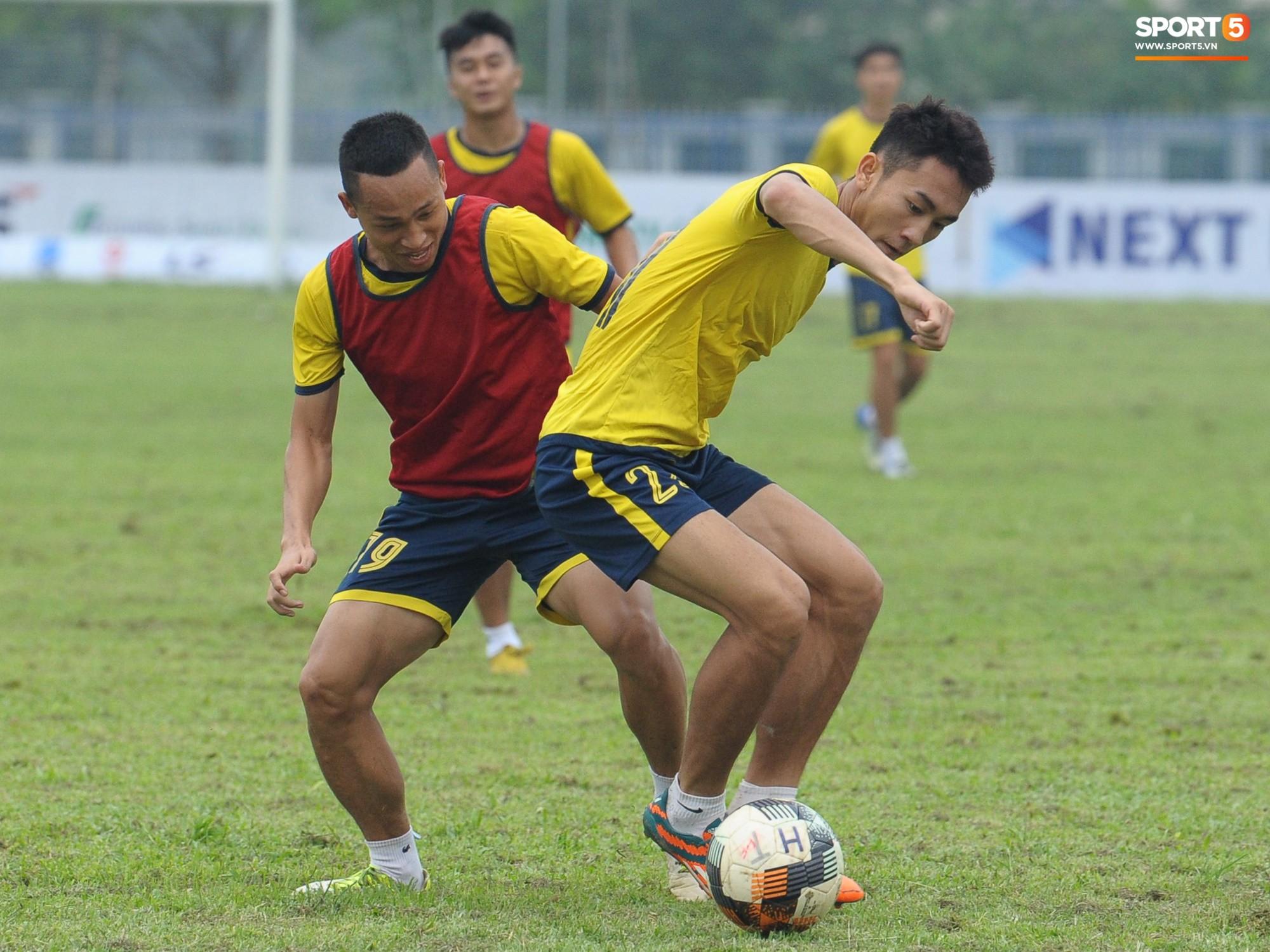 Dàn hot boy U22 Việt Nam khoác áo Hà Tĩnh FC đùa vui cực nhí nhảnh trước trận gặp Phù Đổng FC - Ảnh 1.