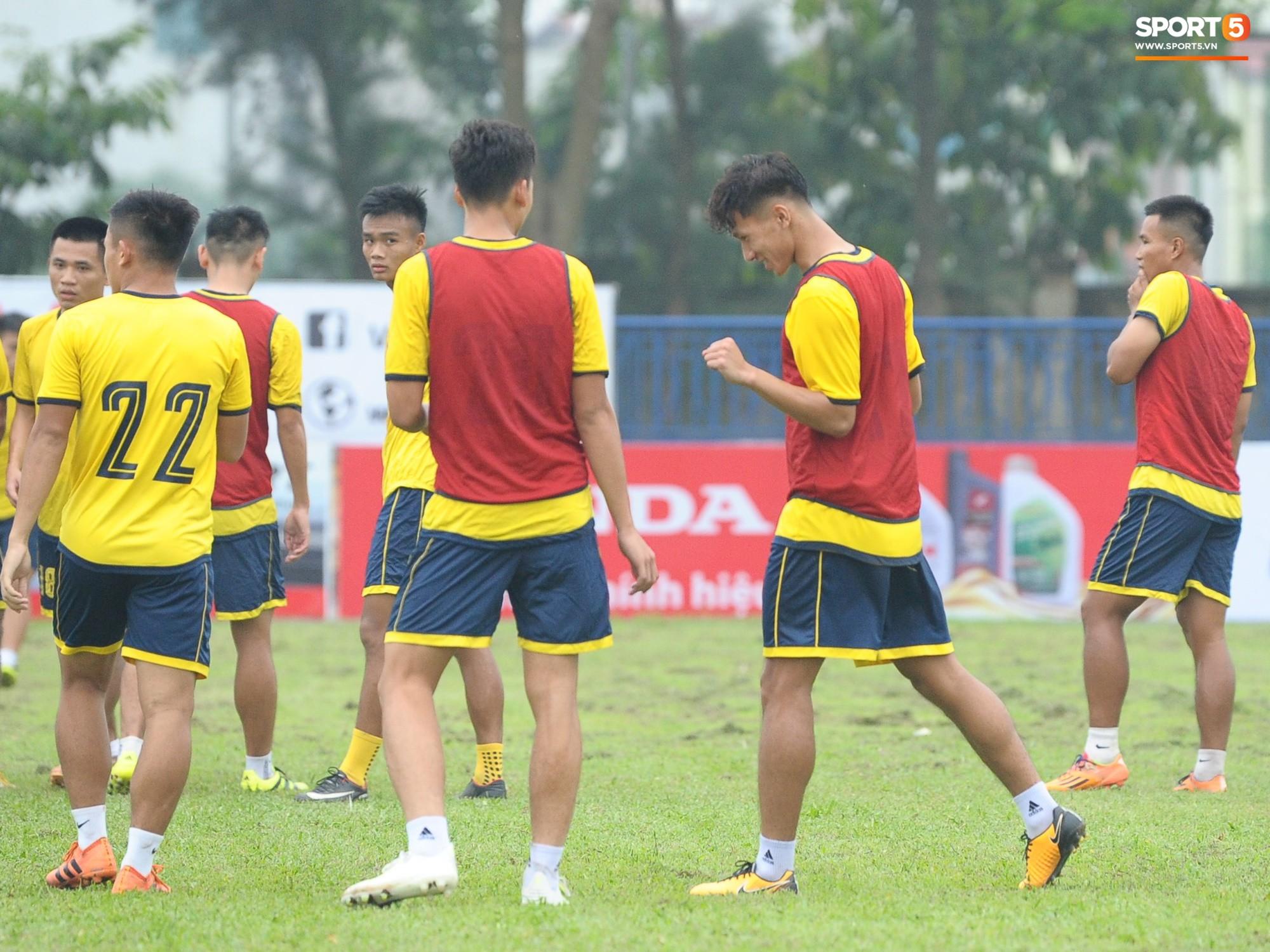 Dàn hot boy U22 Việt Nam khoác áo Hà Tĩnh FC đùa vui cực nhí nhảnh trước trận gặp Phù Đổng FC - Ảnh 3.