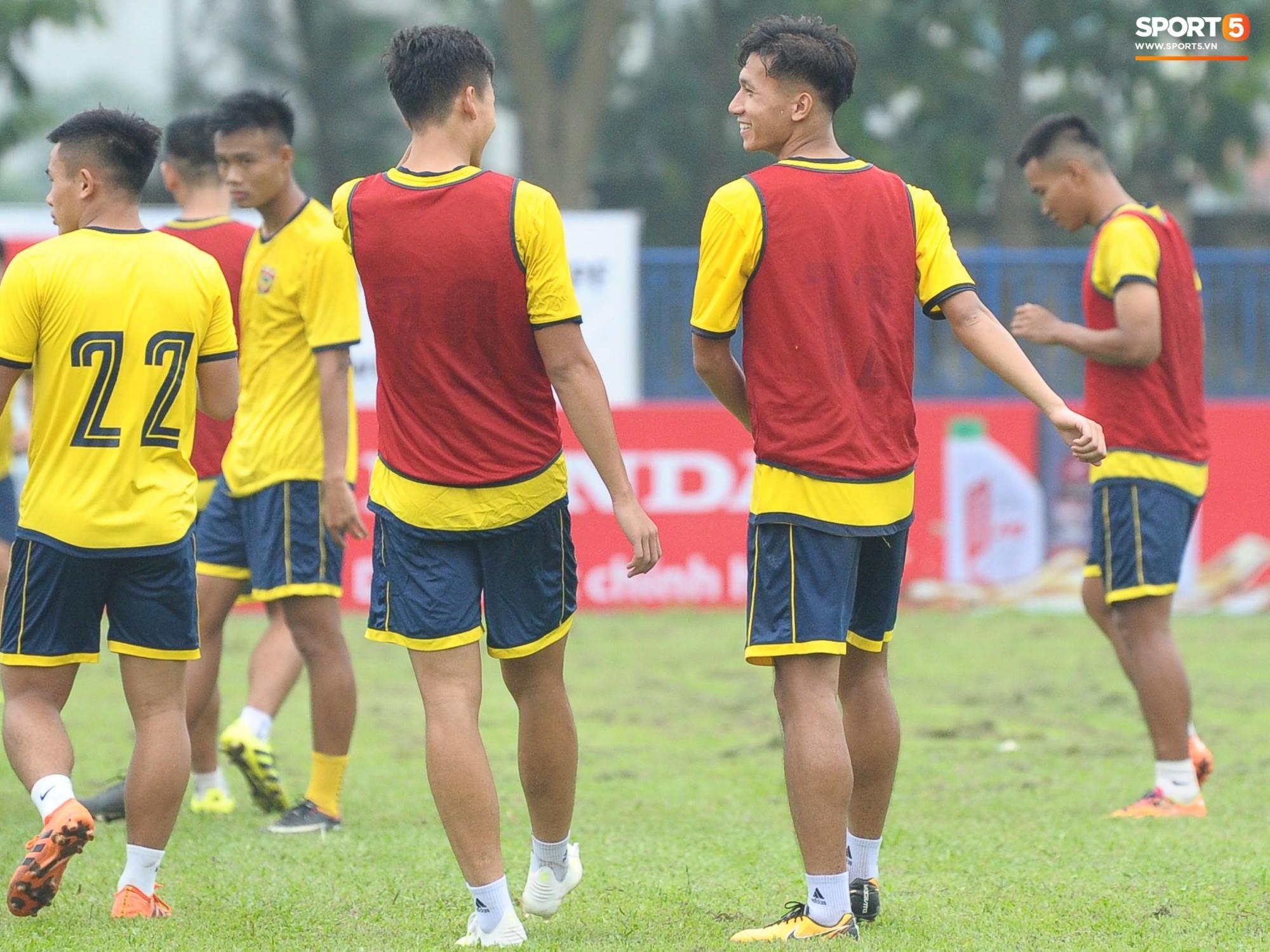 Dàn hot boy U22 Việt Nam khoác áo Hà Tĩnh FC đùa vui cực nhí nhảnh trước trận gặp Phù Đổng FC - Ảnh 4.