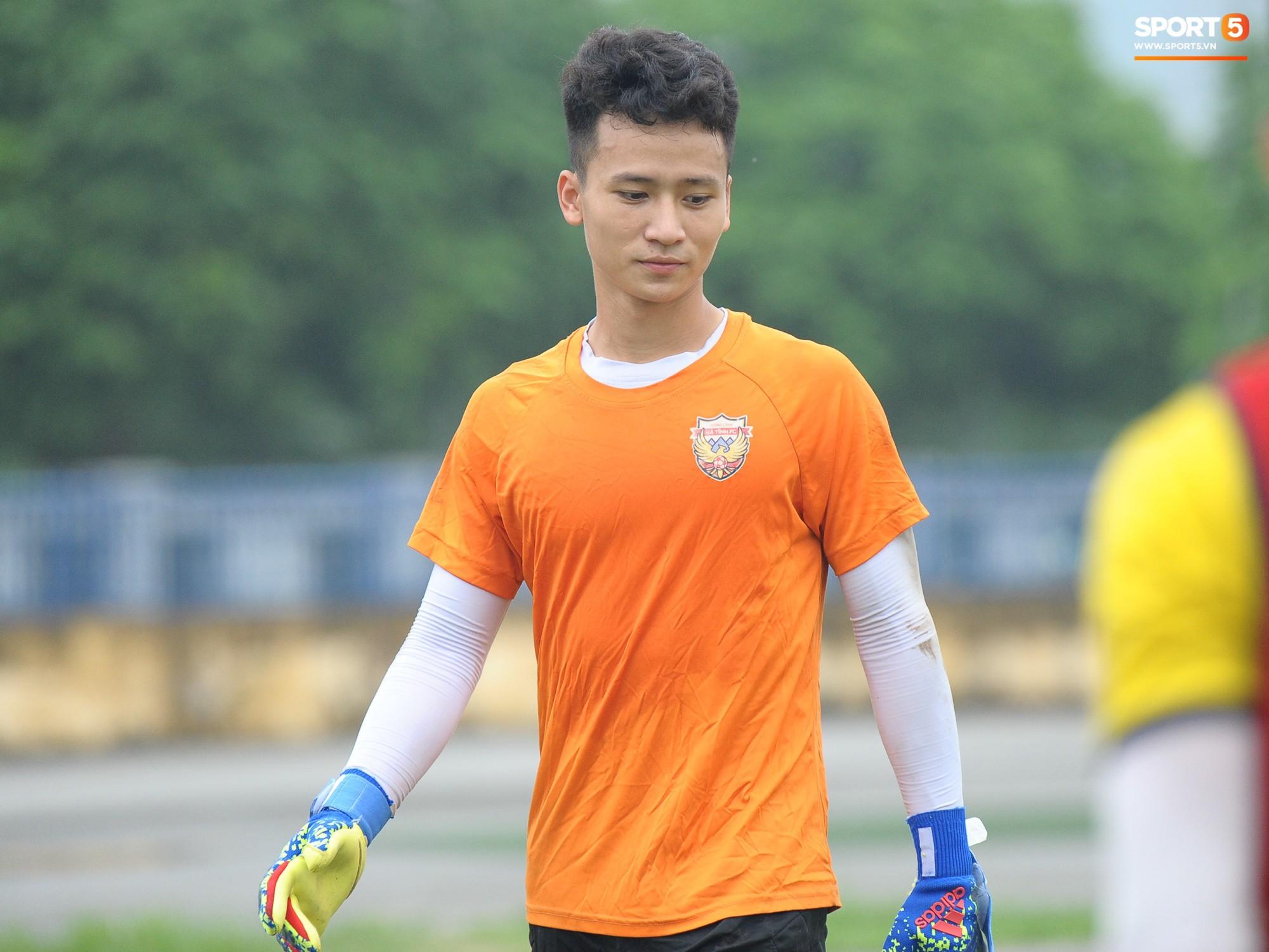 Dàn hot boy U22 Việt Nam khoác áo Hà Tĩnh FC đùa vui cực nhí nhảnh trước trận gặp Phù Đổng FC - Ảnh 7.