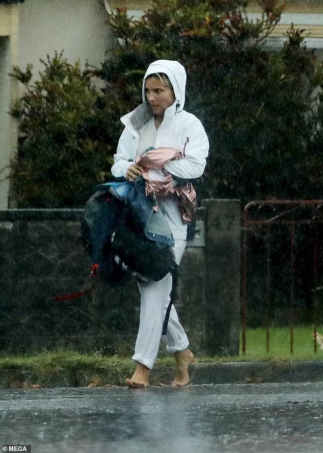 Ông bố phũ của năm: Cùng dầm mưa nhưng Thor Chris Hemsworth đội mũ đi giày, để con trai đầu trần chân đất - Ảnh 2.