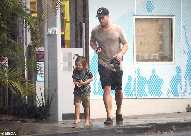 Ông bố phũ của năm: Cùng dầm mưa nhưng Thor Chris Hemsworth đội mũ đi giày, để con trai đầu trần chân đất - Ảnh 5.