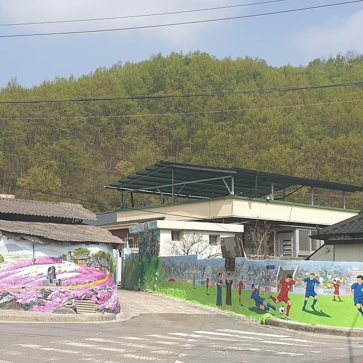 Khu phố ngập tràn những bức bích họa về đội tuyển Việt Nam: Thêm một lý do để tới thăm quê hương xinh đẹp của HLV Park Hang-seo rồi!
