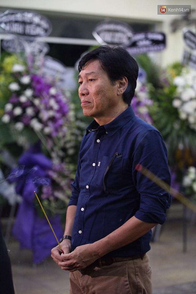 Chí Tài, Trịnh Kim Chi và bạn bè đồng nghiệp đến thắp nhang tiễn biệt cố nghệ sĩ Lê Bình trong đêm cuối lễ tang - Ảnh 4.