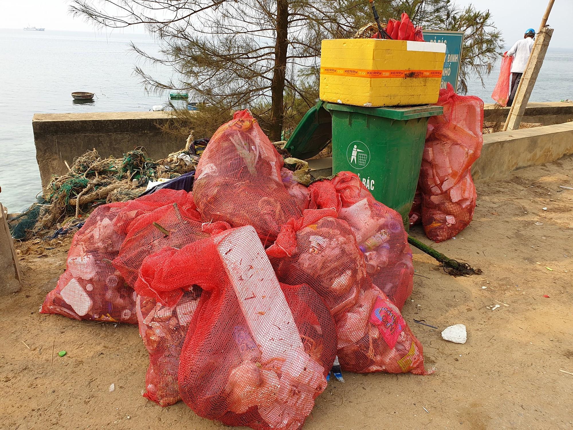 Tuấn Hưng cùng nhóm bạn đi dọn rác quanh bờ biển huyện đảo Lý Sơn: Có thể nhiều người sẽ nói chúng tôi có vấn đề nhưng cứ làm thôi - Ảnh 4.