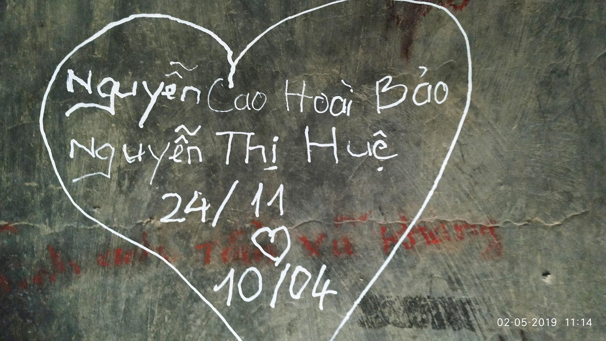 Không chỉ viết tên bố mẹ lên chuông đồng, nhiều bạn trẻ còn vẽ bậy để bày tỏ tình yêu ở chùa Linh Quy Pháp Ấn gây phẫn nộ - Ảnh 5.
