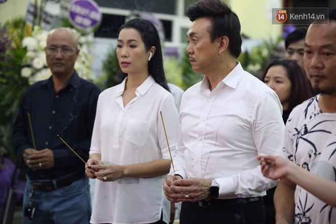 Chí Tài, Trịnh Kim Chi và bạn bè đồng nghiệp đến thắp nhang tiễn biệt cố nghệ sĩ Lê Bình trong đêm cuối lễ tang - Ảnh 2.