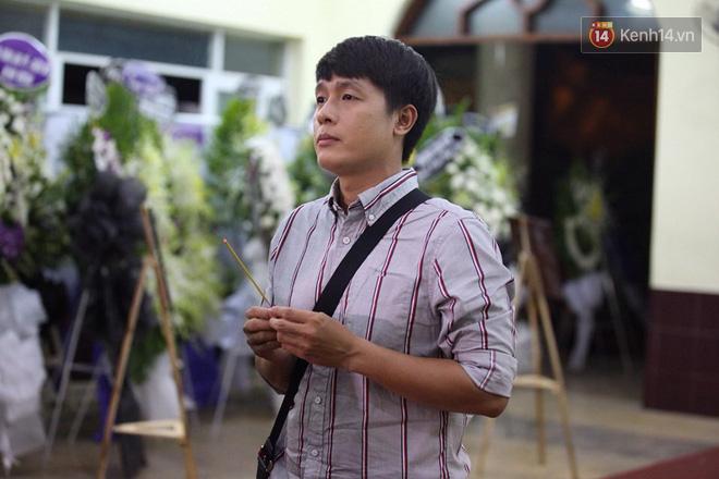 Chí Tài, Trịnh Kim Chi và bạn bè đồng nghiệp đến thắp nhang tiễn biệt cố nghệ sĩ Lê Bình trong đêm cuối lễ tang - Ảnh 6.