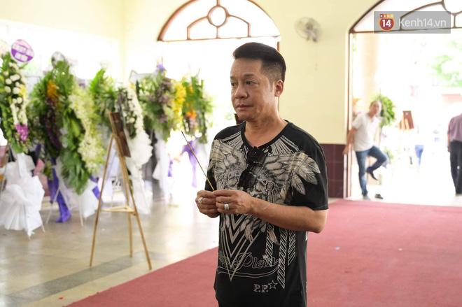 NS Minh Nhí, Diệu Nhi và bạn bè đồng nghiệp đến thắp nhang tiễn biệt cố nghệ sĩ Lê Bình trong ngày cuối lễ tang - Ảnh 1.