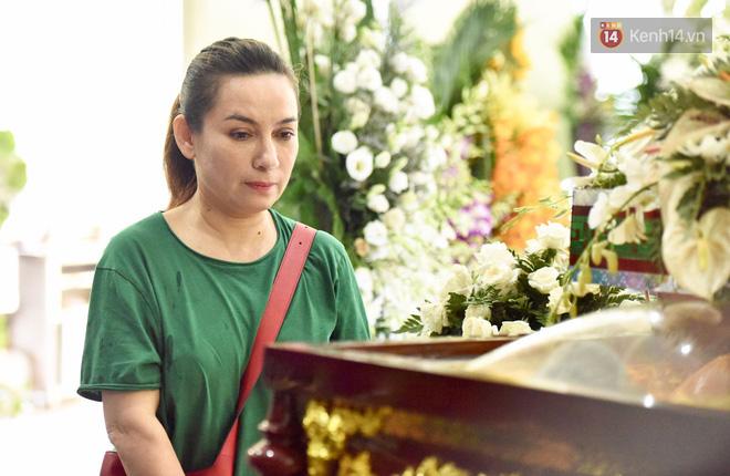 NS Minh Nhí, Diệu Nhi và bạn bè đồng nghiệp đến thắp nhang tiễn biệt cố nghệ sĩ Lê Bình trong ngày cuối lễ tang - Ảnh 2.
