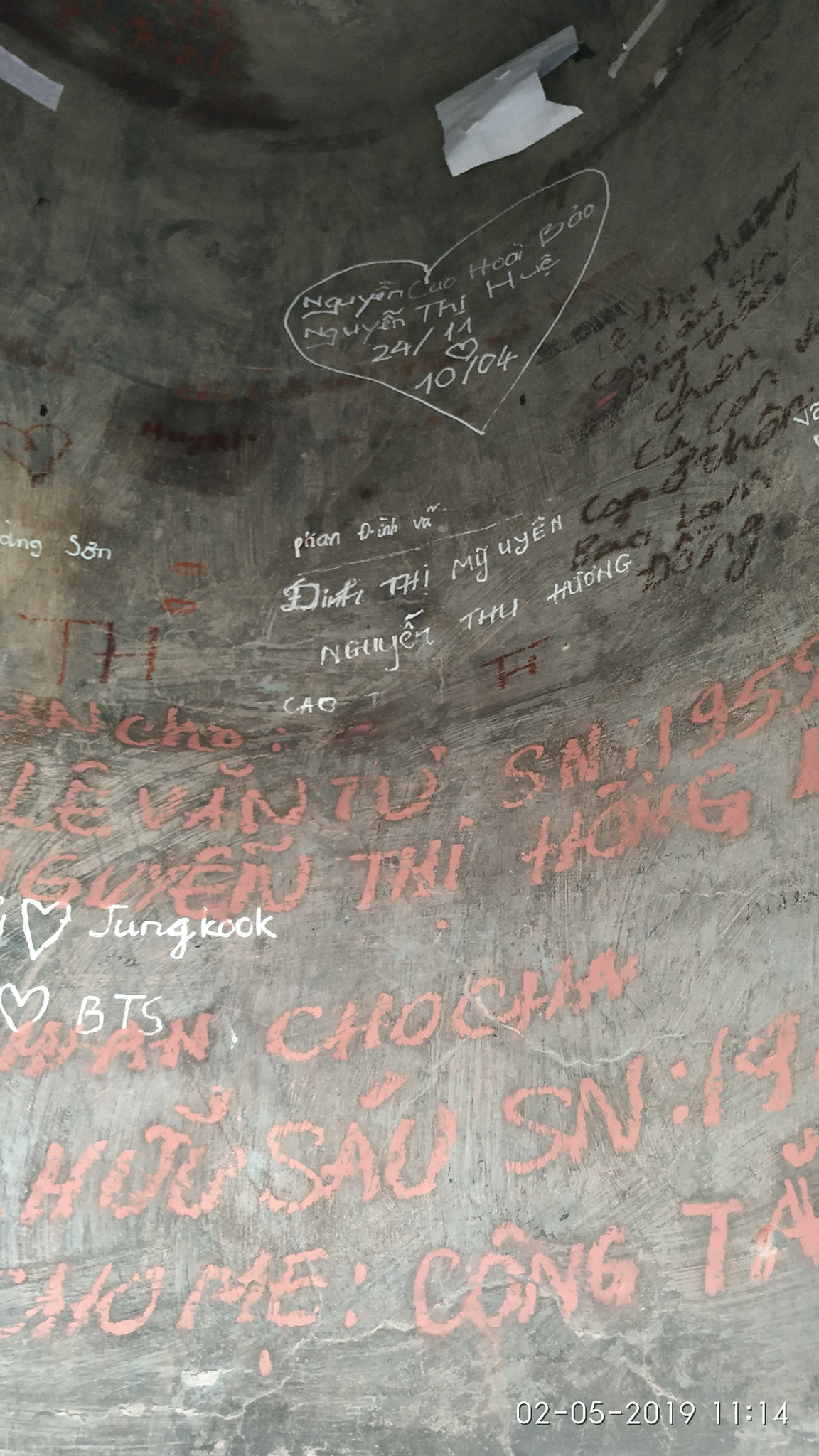 Không chỉ viết tên bố mẹ lên chuông đồng, nhiều bạn trẻ còn vẽ bậy để bày tỏ tình yêu ở chùa Linh Quy Pháp Ấn gây phẫn nộ