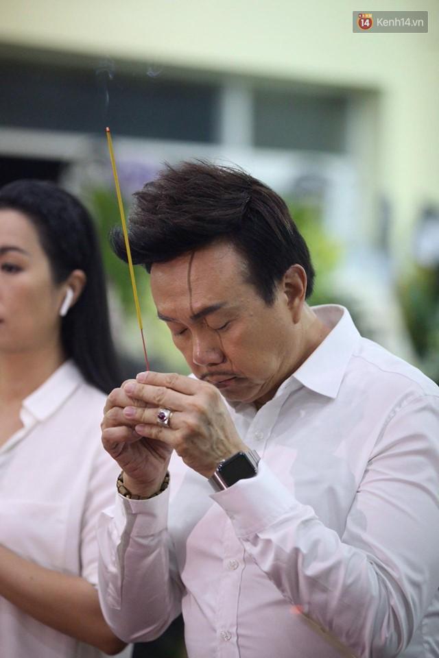Chí Tài, Trịnh Kim Chi và bạn bè đồng nghiệp đến thắp nhang tiễn biệt cố nghệ sĩ Lê Bình trong đêm cuối lễ tang - Ảnh 1.
