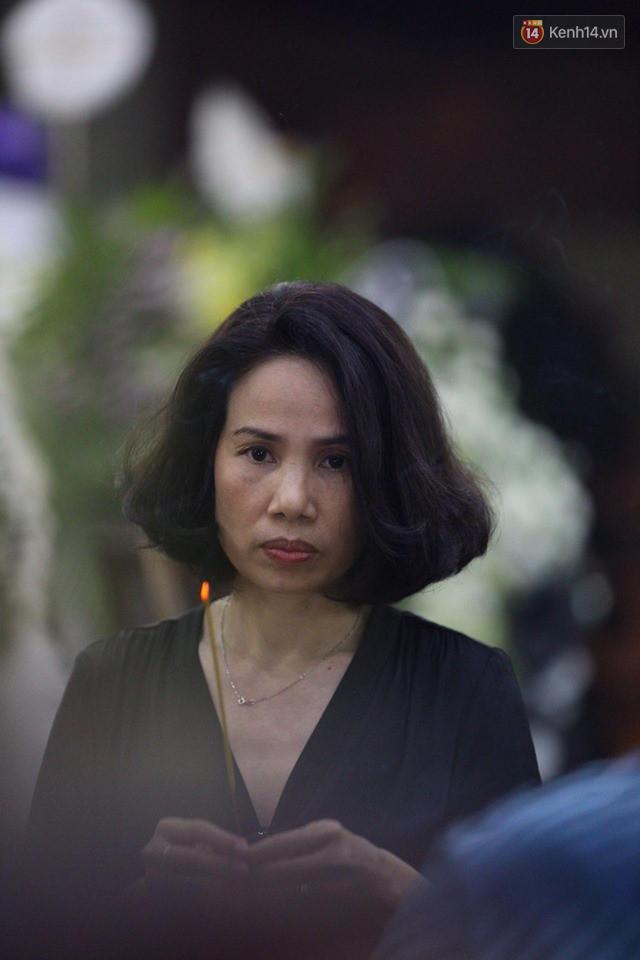Chí Tài, Trịnh Kim Chi và bạn bè đồng nghiệp đến thắp nhang tiễn biệt cố nghệ sĩ Lê Bình trong đêm cuối lễ tang - Ảnh 8.
