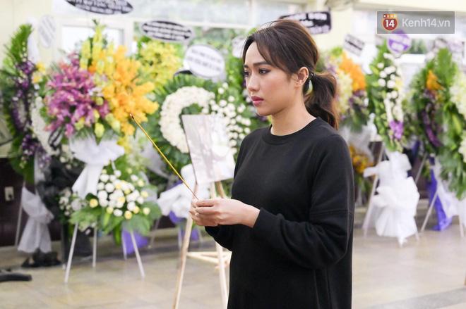 NS Minh Nhí, Diệu Nhi và bạn bè đồng nghiệp đến thắp nhang tiễn biệt cố nghệ sĩ Lê Bình trong ngày cuối lễ tang - Ảnh 3.
