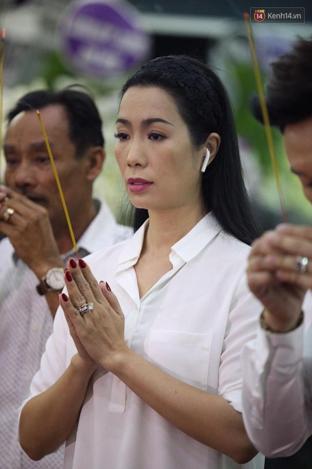 Chí Tài, Trịnh Kim Chi và bạn bè đồng nghiệp đến thắp nhang tiễn biệt cố nghệ sĩ Lê Bình trong đêm cuối lễ tang - Ảnh 3.