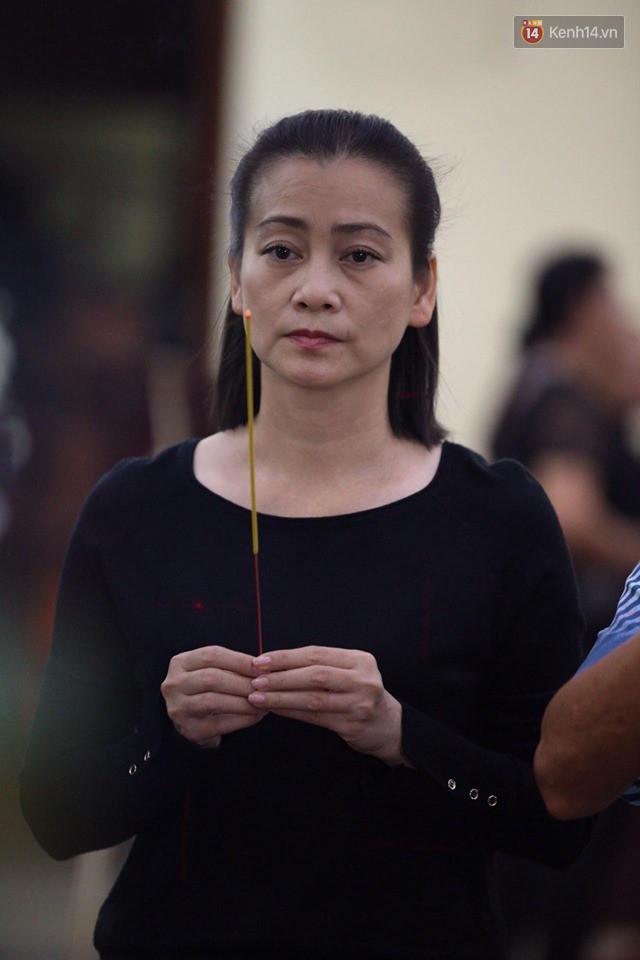 Chí Tài, Trịnh Kim Chi và bạn bè đồng nghiệp đến thắp nhang tiễn biệt cố nghệ sĩ Lê Bình trong đêm cuối lễ tang - Ảnh 7.