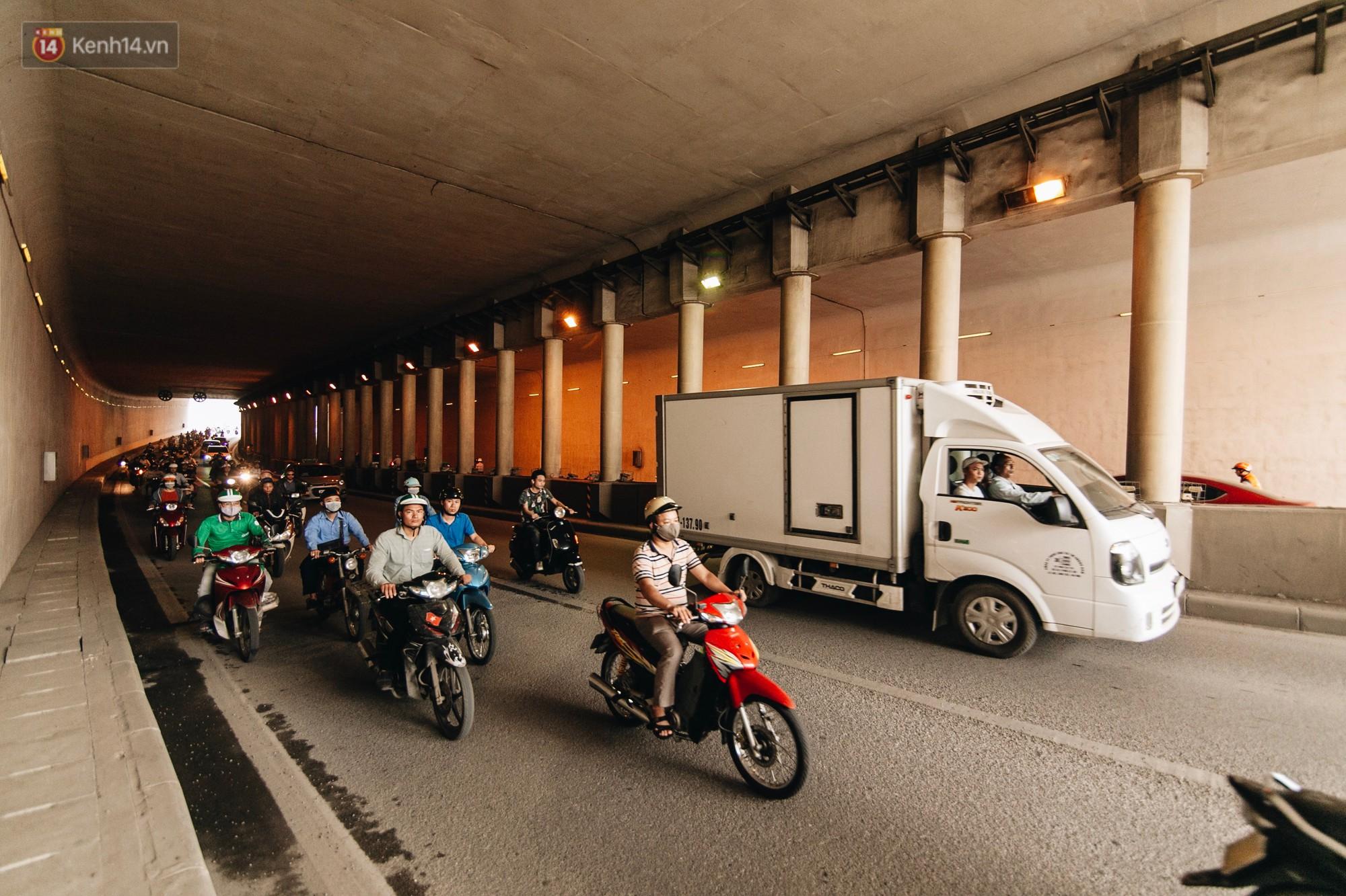 Người dân gặp khó khăn thế nào khi lưu thông qua hầm Kim Liên: Đường dốc và trơn, chạy vào là tay lái chao đảo - Ảnh 9.