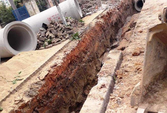 Nam công nhân tử vong bất thường khi đào thả ống thoát nước ven đường - Ảnh 1.