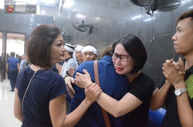 Hàng nghìn người khóc cạn nước mắt trong tang lễ của nữ giáo viên bị ô tô tông tử vong ở hầm Kim Liên - Ảnh 14.