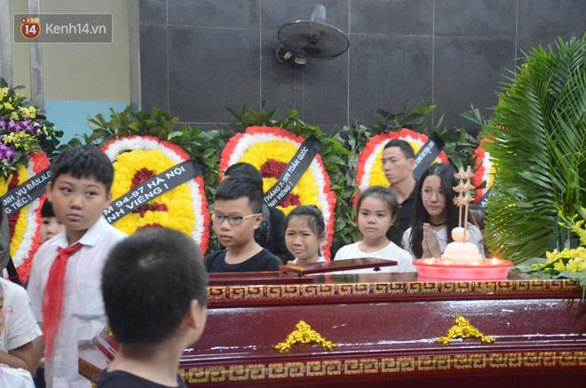 Hàng nghìn người khóc cạn nước mắt trong tang lễ của nữ giáo viên bị ô tô tông tử vong ở hầm Kim Liên - Ảnh 7.