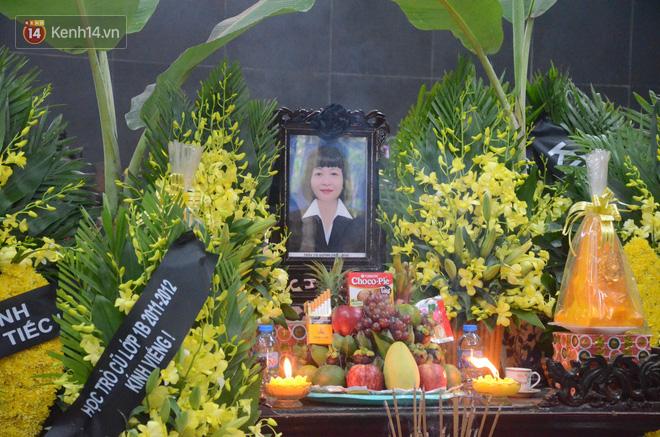 Hàng nghìn người khóc cạn nước mắt trong tang lễ của nữ giáo viên bị ô tô tông tử vong ở hầm Kim Liên - Ảnh 5.
