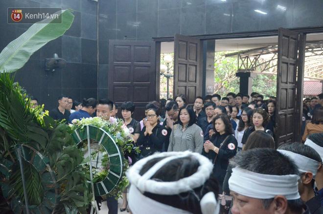 Hàng nghìn người khóc cạn nước mắt trong tang lễ của nữ giáo viên bị ô tô tông tử vong ở hầm Kim Liên - Ảnh 6.
