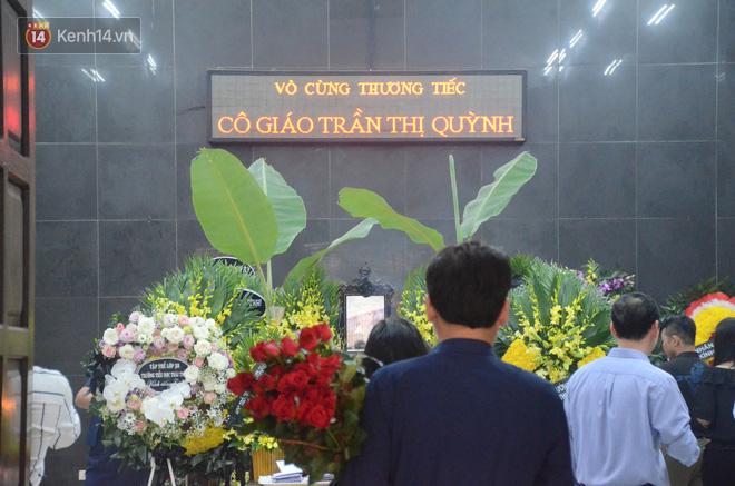 Hàng nghìn người khóc cạn nước mắt trong tang lễ của nữ giáo viên bị ô tô tông tử vong ở hầm Kim Liên - Ảnh 1.