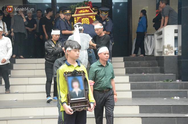 Hàng nghìn người khóc cạn nước mắt trong tang lễ của nữ giáo viên bị ô tô tông tử vong ở hầm Kim Liên - Ảnh 16.