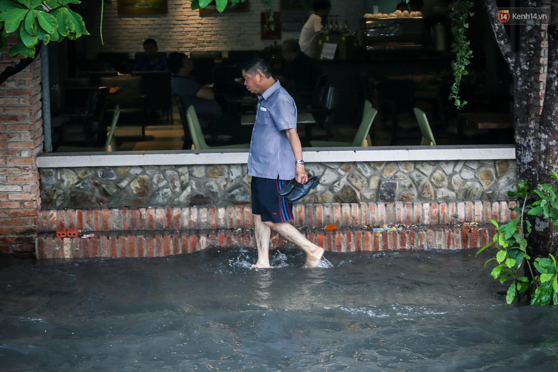 Ảnh: Đường phố Sài Gòn ngập nặng sau cơn mưa, nhiều người đi xe máy suýt té ngã trước đầu ô tô
