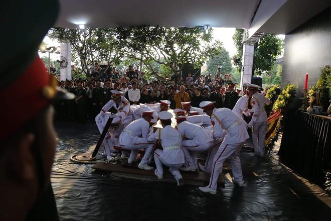 Lễ an táng cố Chủ tịch nước Lê Đức Anh ở TP Hồ Chí Minh - Ảnh 5.