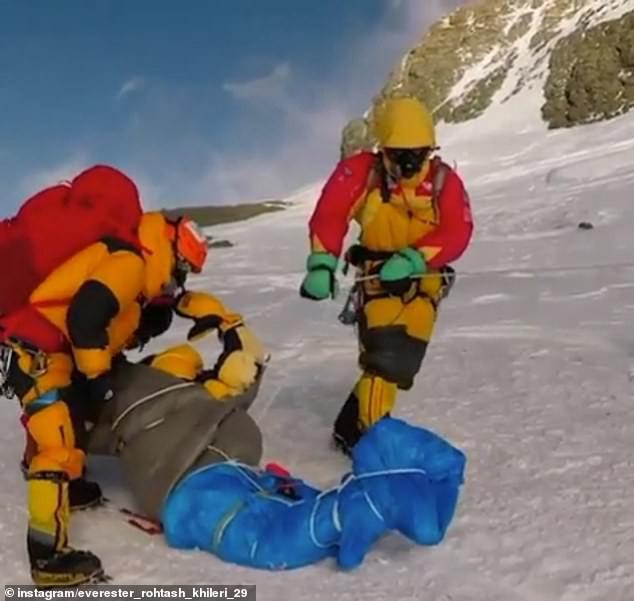 Hình ảnh rợn tóc gáy trong vụ tắc đường trên Everest: Dân bản địa kéo lê xác người đang đông cứng - Ảnh 2.