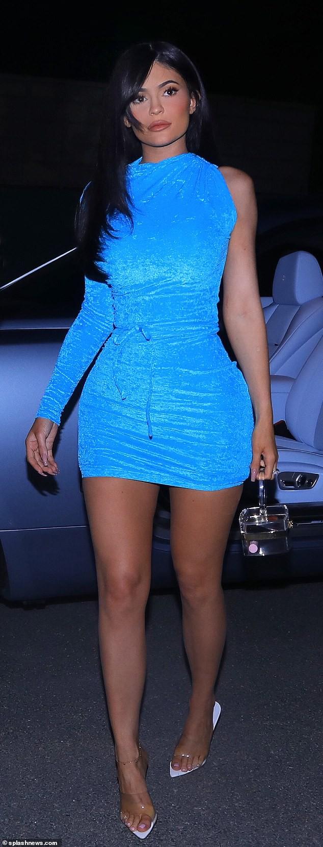 Mặc váy xanh lét đồng bộ với siêu xe, tỉ phú tự thân Kylie Jenner bị mỉa mai tiền không mua được đẳng cấp - Ảnh 3.