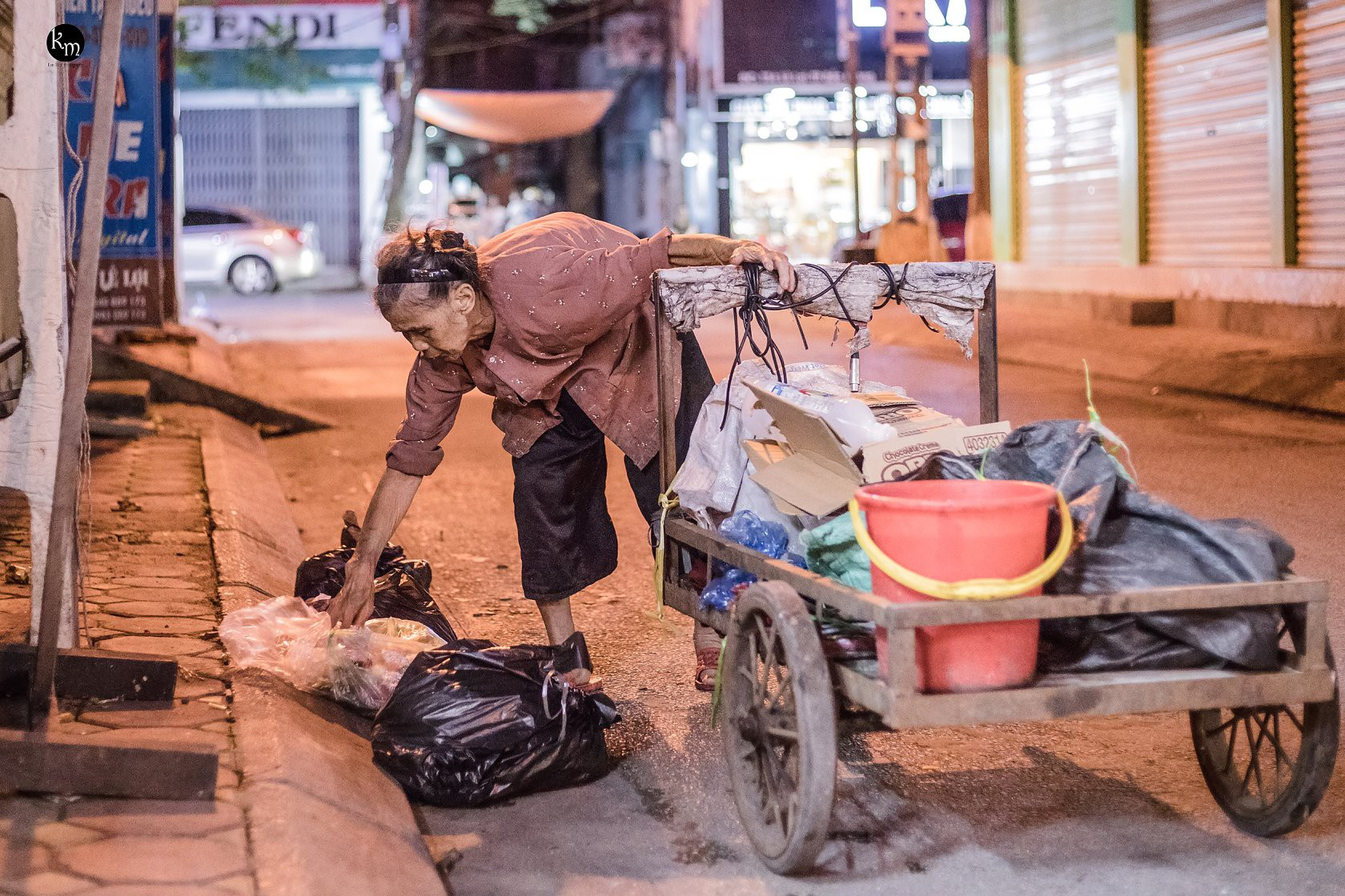 Cụ già 83 tuổi nhưng hàng ngày vẫn phải còng lưng nhặt rác để nuôi 2 cháu ăn học.2
