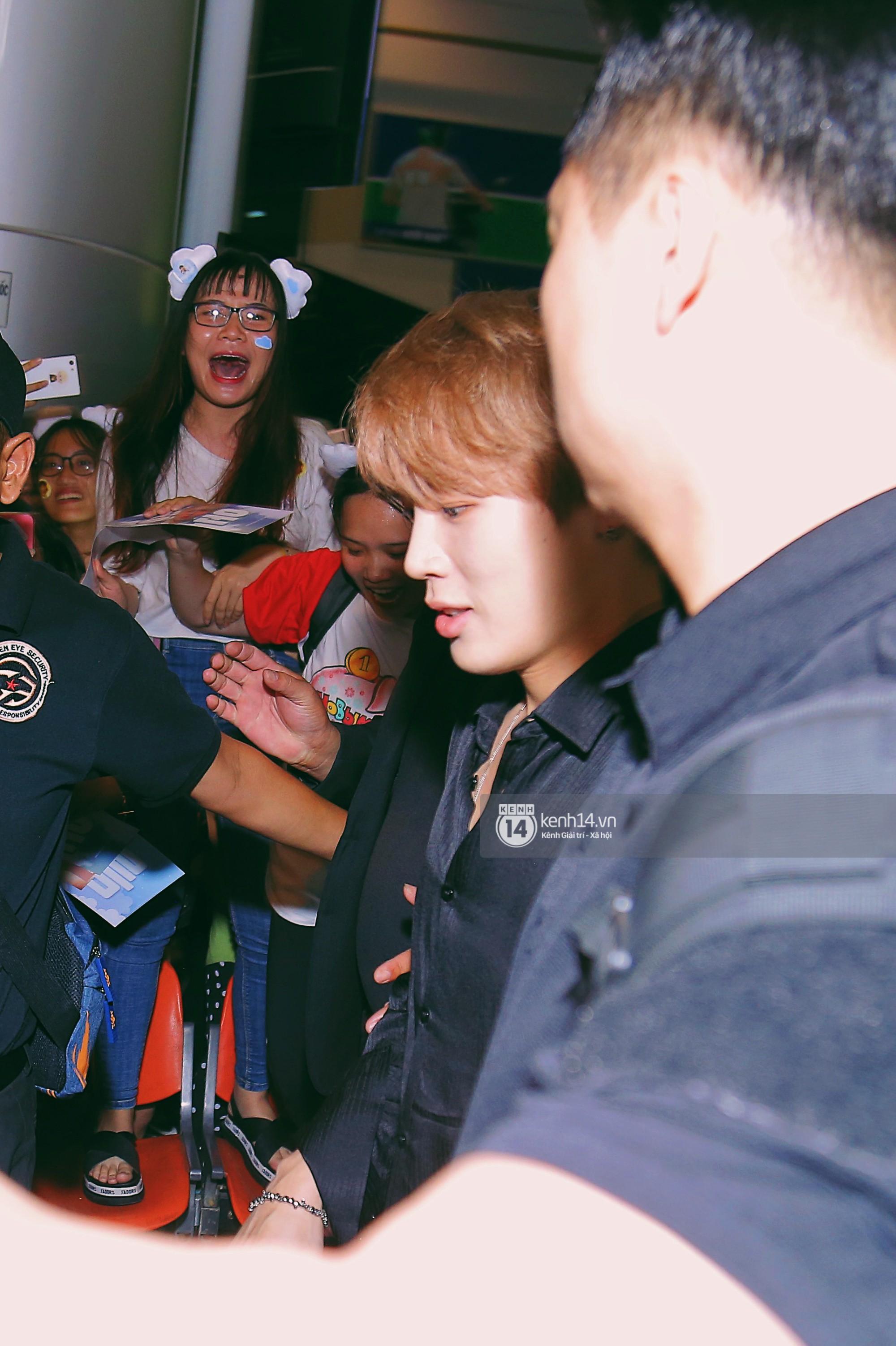 Dàn idol Kpop khiến sân bay Tân Sơn Nhất nổ tung giữa đêm: Mỹ nam Wanna One trắng bật tông, KARD há hốc vì biển fan - Ảnh 7.