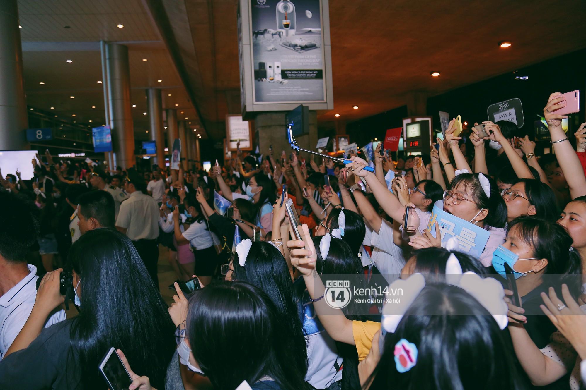 Dàn idol Kpop khiến sân bay Tân Sơn Nhất nổ tung giữa đêm: Mỹ nam Wanna One trắng bật tông, KARD há hốc vì biển fan - Ảnh 14.