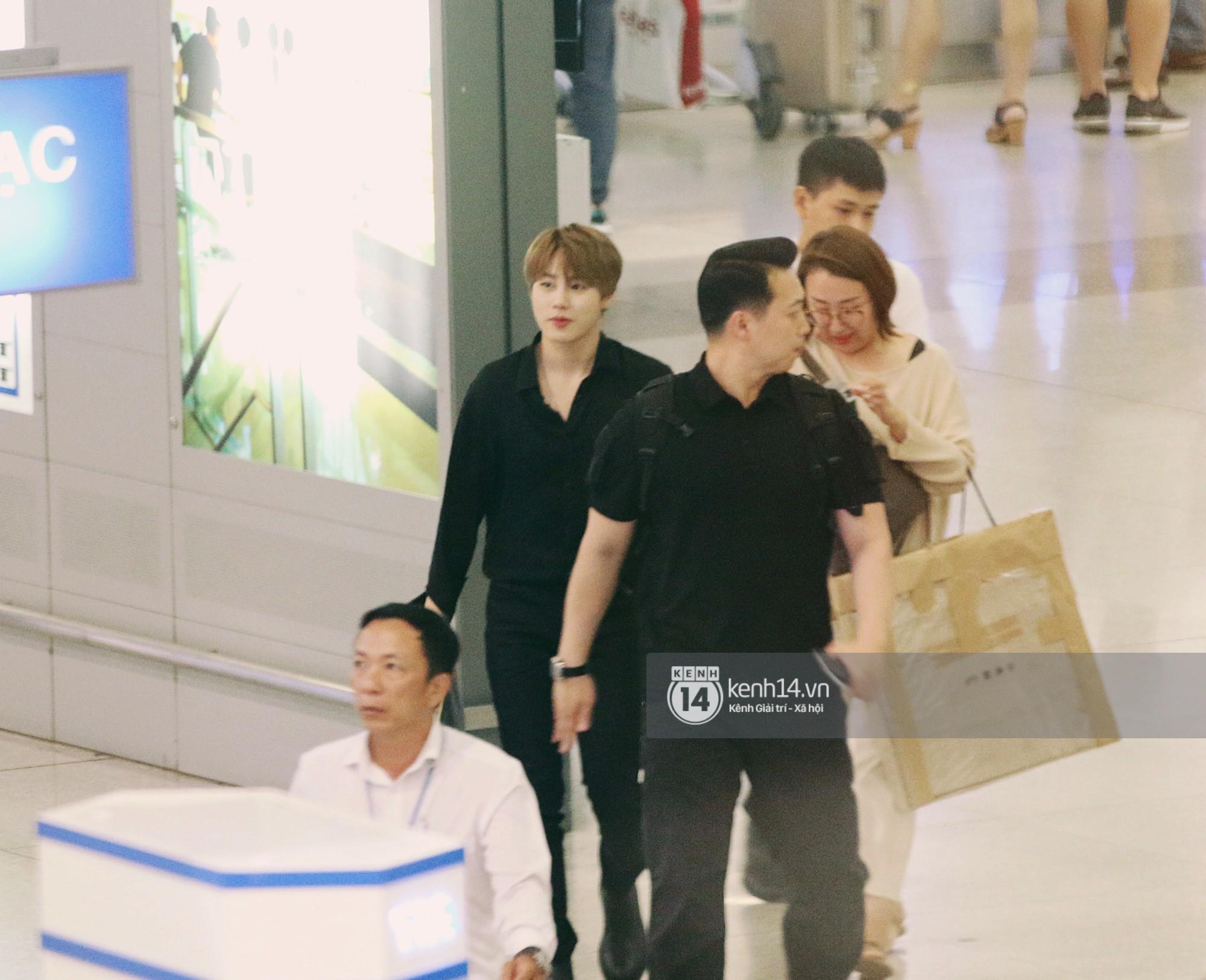 Dàn idol Kpop khiến sân bay Tân Sơn Nhất nổ tung giữa đêm: Mỹ nam Wanna One trắng bật tông, KARD há hốc vì biển fan - Ảnh 1.