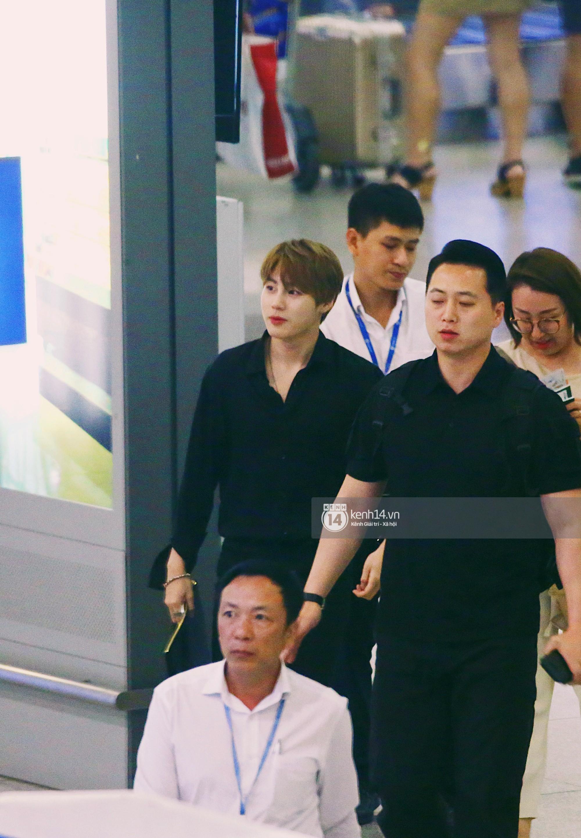 Dàn idol Kpop khiến sân bay Tân Sơn Nhất nổ tung giữa đêm: Mỹ nam Wanna One trắng bật tông, KARD há hốc vì biển fan - Ảnh 2.