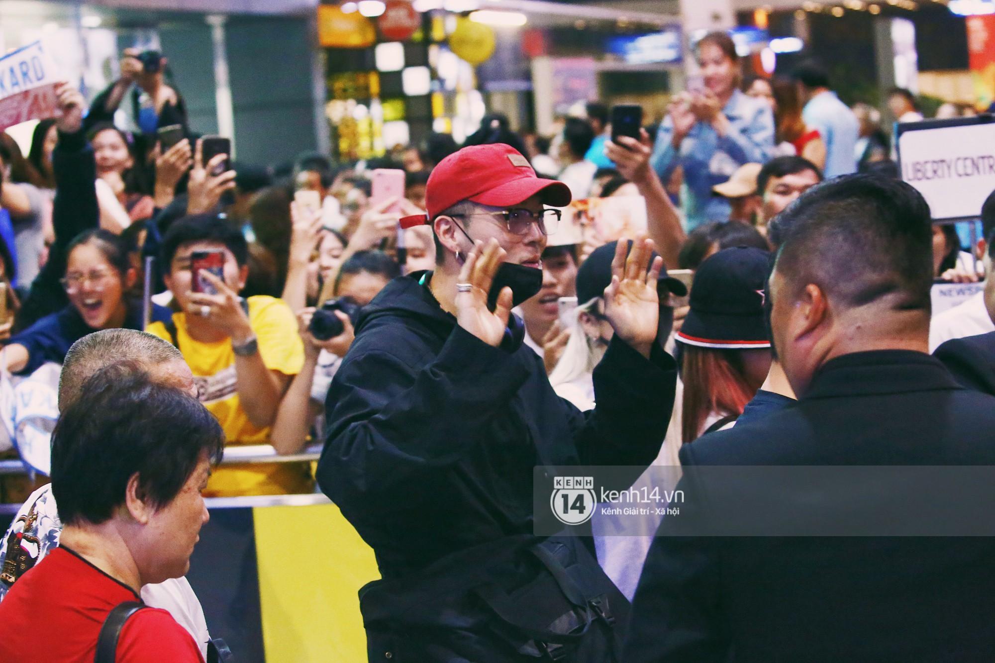 Dàn idol Kpop khiến sân bay Tân Sơn Nhất nổ tung giữa đêm: Mỹ nam Wanna One trắng bật tông, KARD há hốc vì biển fan - Ảnh 9.