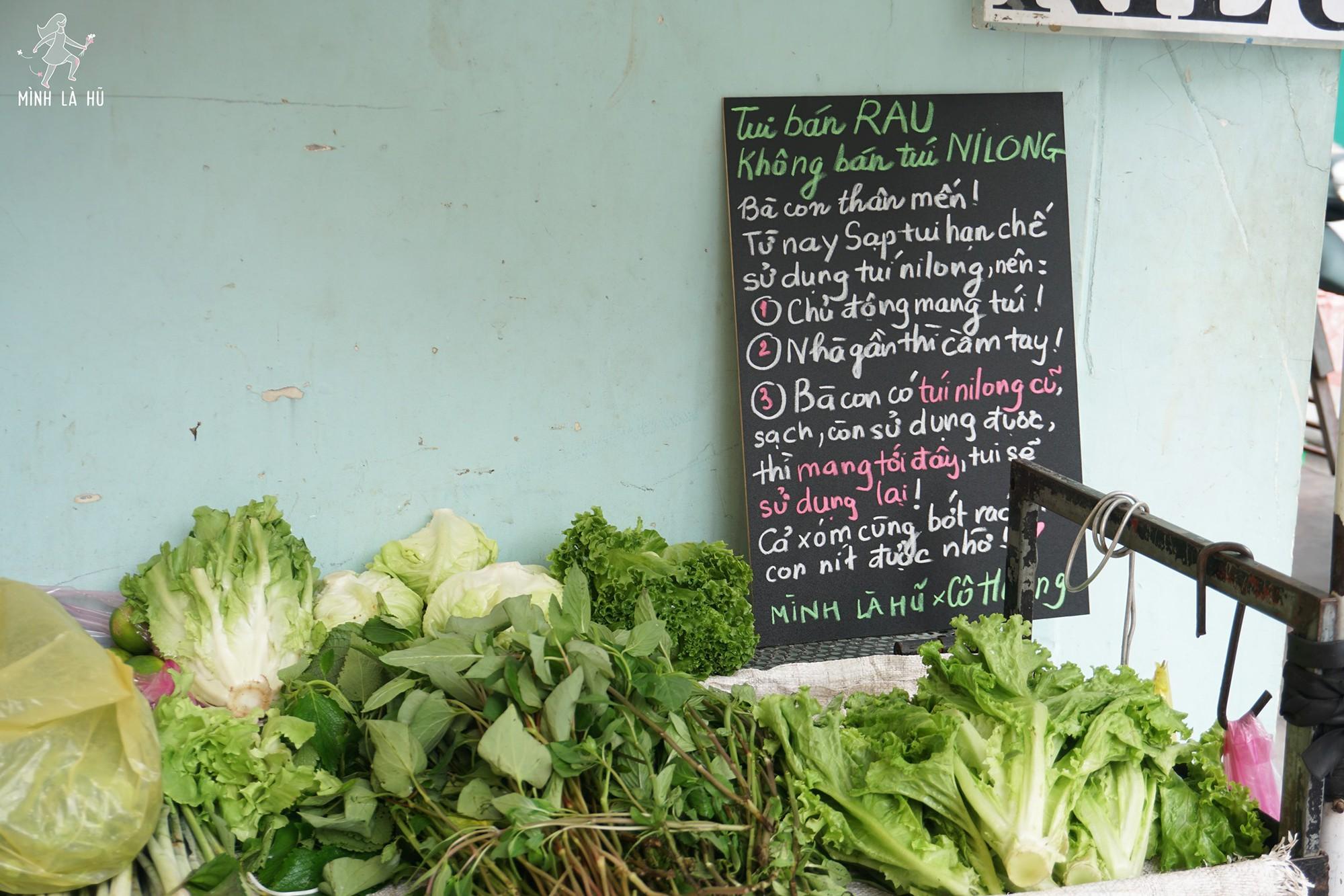 Người tặng tấm biển Tui bán rau, không bán túi nilon cho các sạp hàng ở Sài Gòn: Các cô chú làm được thì chúng mình cũng làm được! - Ảnh 1.